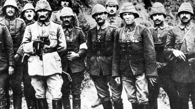 Türkischer Befehlshaber Mustafa Kemal mit Offizieren