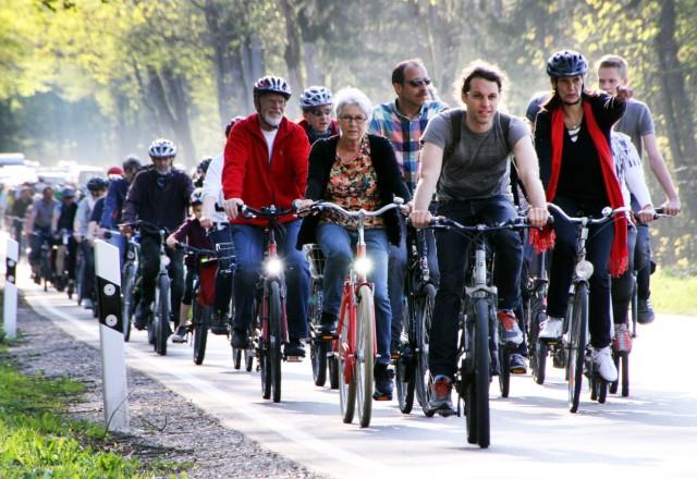 Radler demonstrieren für Radweg nach Neuried