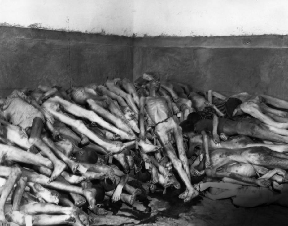 Leichenberg im KZ Dachau, 1945
