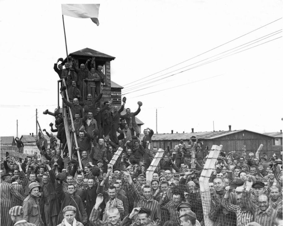 Häftlinge des KZ Dachau begrüßen Amerikaner