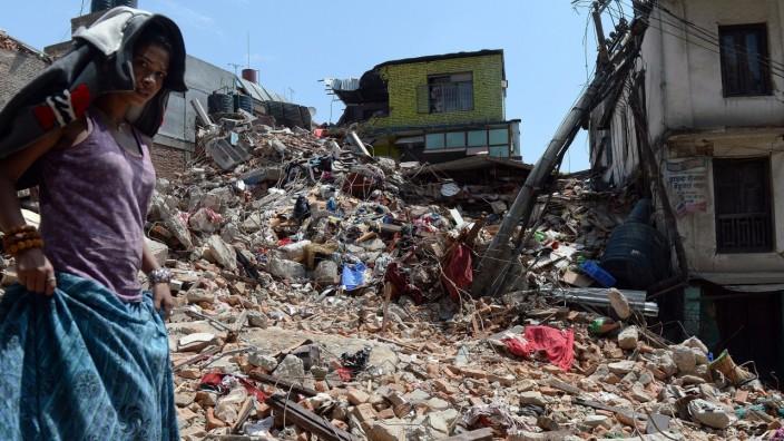 Erdbeben in Nepal: Mehr als 3200 Menschen sind beim Erdbeben in Nepal ums Leben gekommen. Besonders die Hauptstadt Kathmandu ist betroffen - und die Rettungsarbeiten kommen nur langsam voran.