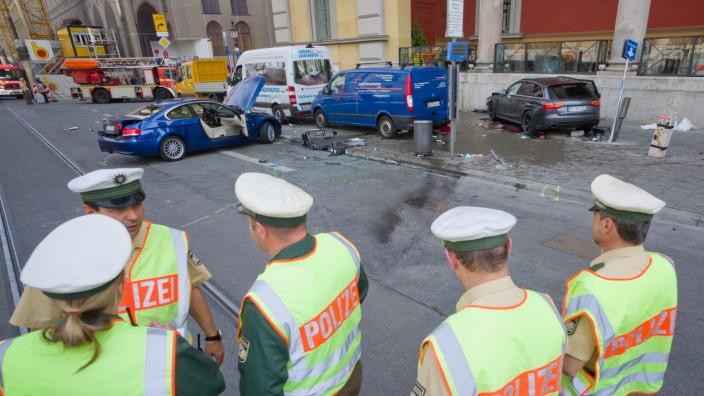 Auto fährt vor Münchner Oper Passanten um