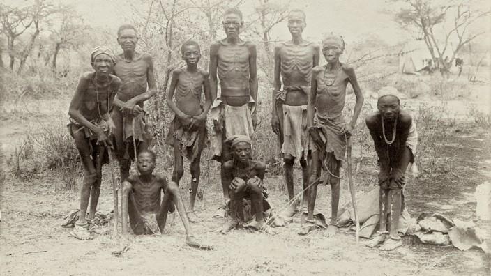 Deutsche Kolonialgeschichte: Ausgezehrt, aber am Leben: Herero nach der Flucht durch die Wüste 1907