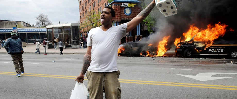 Proteste nach dem Tod Freddie Grays: Eskalation in Baltimore: Brennende Polizeiautos, Plünderungen, Randalierer auf den Straßen werfen Steine und Flaschen