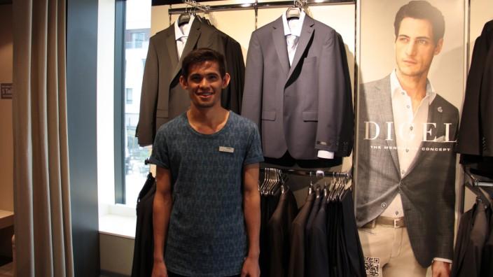 Ausbildung von Flüchtlingen: Der aus Afghanistan stammende Ali Murat Azimi arbeitet in der Herrenabteilung des Schwabmünchner Modehauses Schöffel.