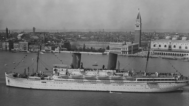 Passagierschiff 'General von Steuben' ankert in Venedig