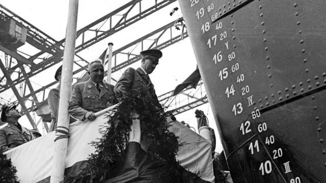 Adolf Hitler und Robert Ley beim Stapellauf des ersten KdF-Schiffes 'Wilhelm Gustloff', 1937