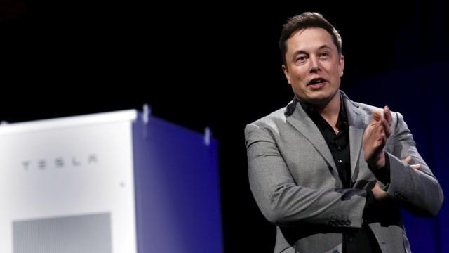 Tesla Motors CEO Elon Musk zeigt die Powerwall Home Battery.
