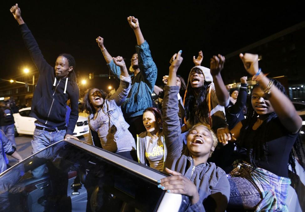 Demonstranten feiern die Entscheidung der Staatsanwaltschaft in Baltimore, Ermittlungen gegen sechs Polizisten einzuleiten.