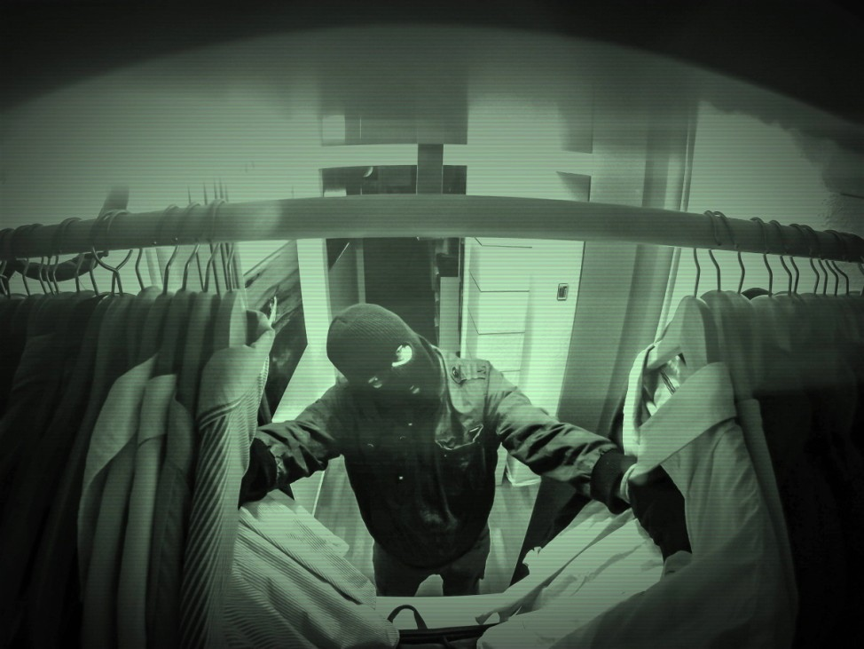 Einbrecher durchsucht Kleiderschrank des opfers Einbruch Dieb Maskiert kriminell Verbrechen