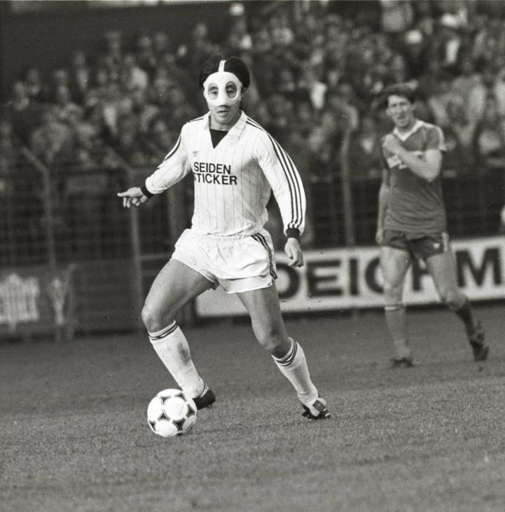 Arminia Bielefeld Schalke 04 vom 6 10 1984 Kazuo Ozaki spielt mit Gesichtsmaske HM; Masken