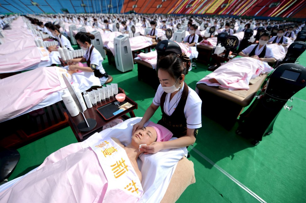 A group of 1000 customers receive a facial massage at a sports centre in Jinan