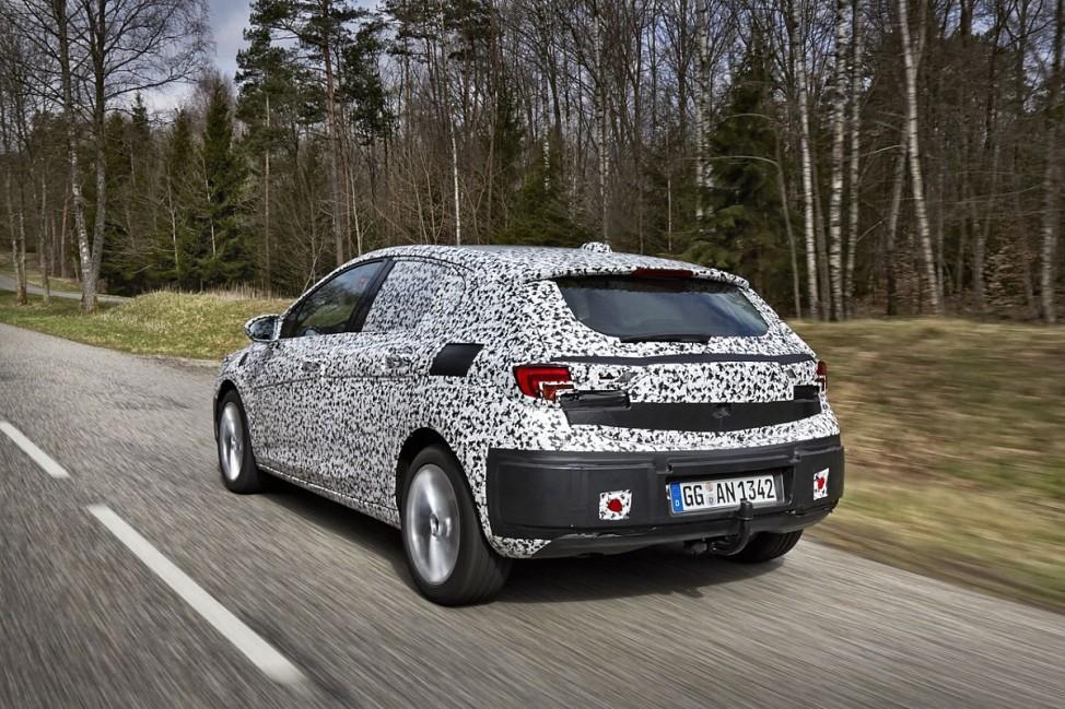 Das Heck des Opel Astra Erlkönig