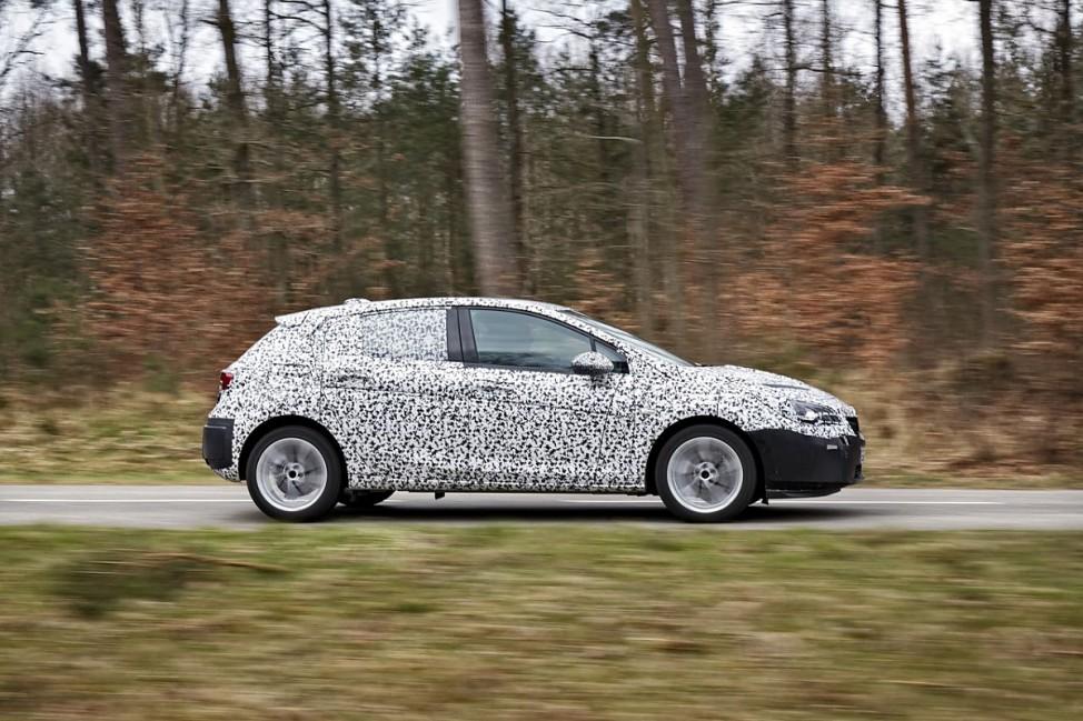Opel Astra Erlkönig in der Seitenansicht