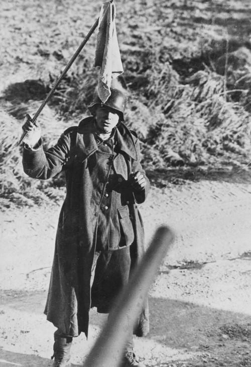 Deutscher Soldat ergibt sich, 1945; Wehrmacht