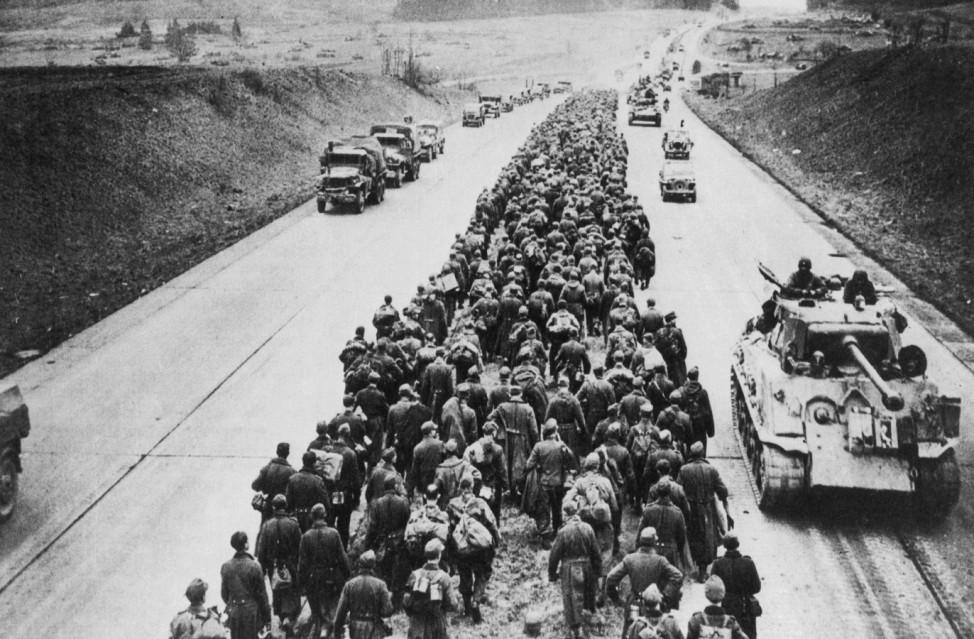 Deutsche Gefangenenkolonne auf dem Weg nach Westen, 1945; Wehrmacht