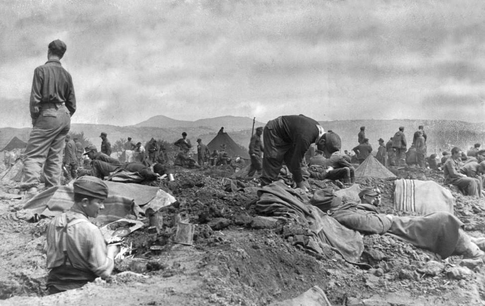Deutsche Kriegsgefangene in einem Lager der Allierten, 1945; Wehrmacht