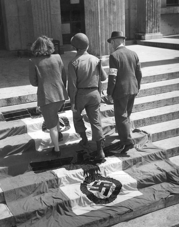 Amerikanischer Soldat auf den Stufen des F¸hrerbaus in M¸nchen, 1945; Wehrmacht