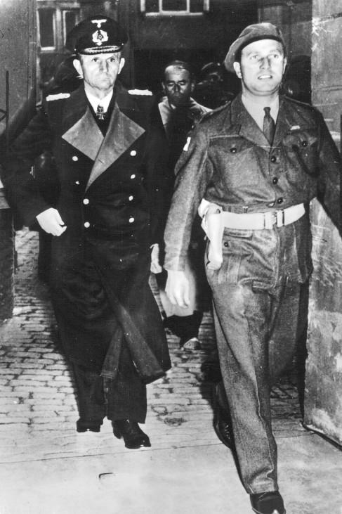 Karl DËÜnitz und Albert Speer nach ihrer Verhaftung in M¸rwick, 1945; Wehrmacht