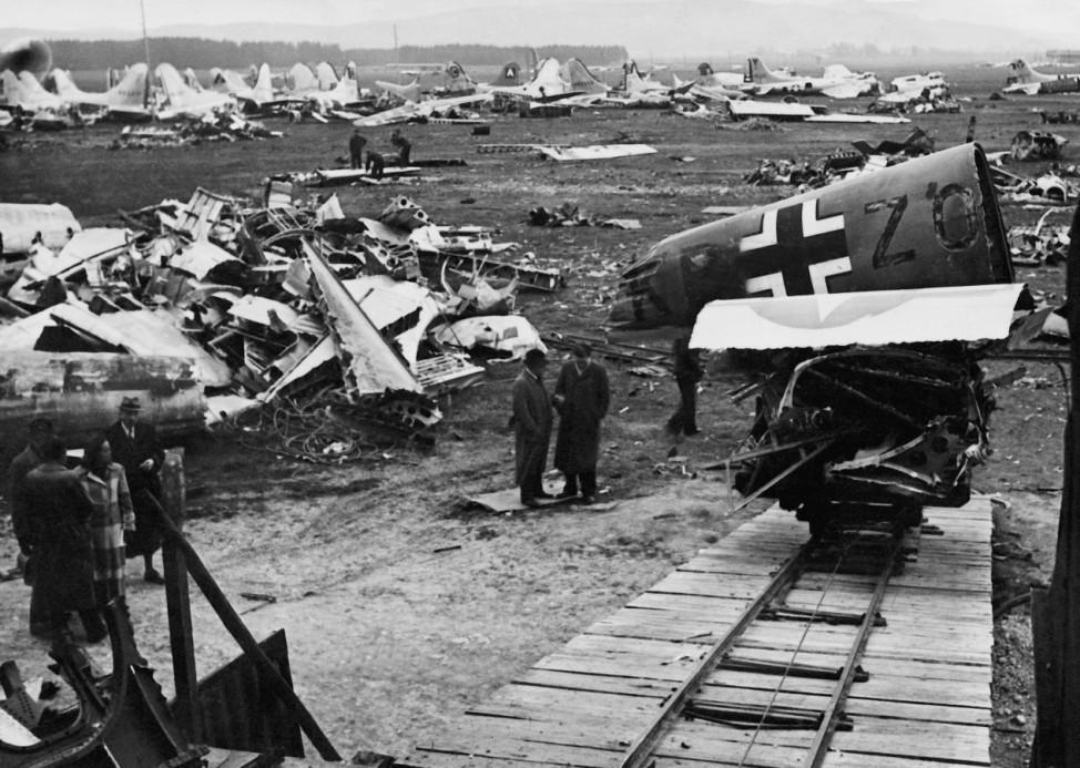 Flugzeugschrott auf dem Flugplatz Holzkirchen, 1948; Wehrmacht