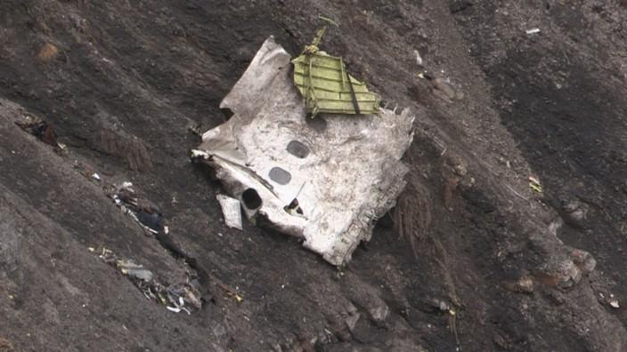 Absturz von Germanwings-Flug 4U9525: Ein Teil der abgestürzten Maschine in den französischen Alpen.
