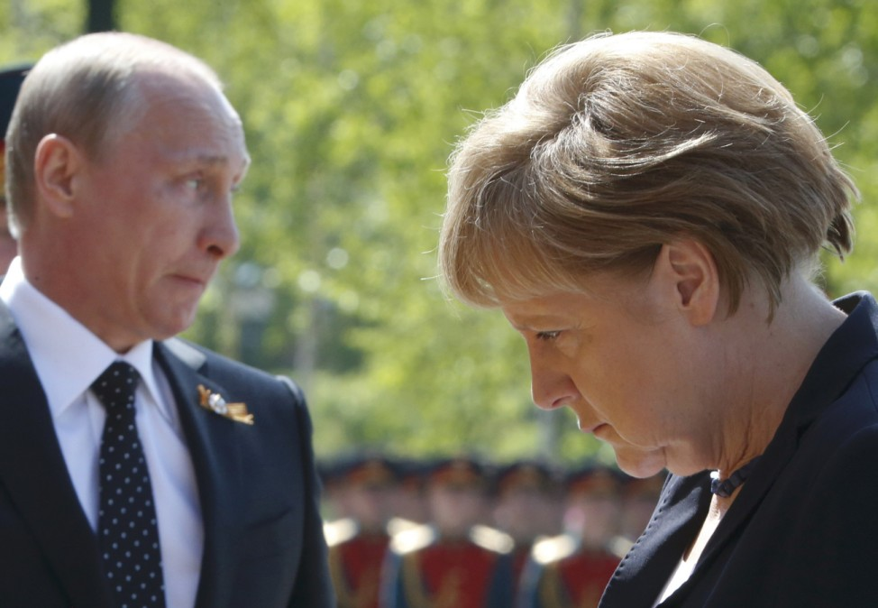 Merkel and Putin attend a flower-laying ceremony in Moscow