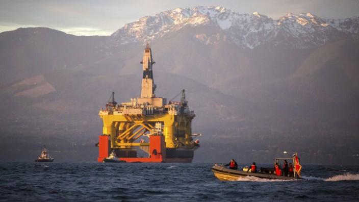 Erdölförderung: Eine Bohrinsel vor der US-Pazifikküste auf dem Weg in die Arktisregion