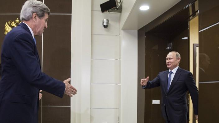 Kerry in Moskau: Am Wochenende hat Putin noch auf die USA geschimpft. Beim Empfang von Kerry hat er auch ein Lächeln übrig.