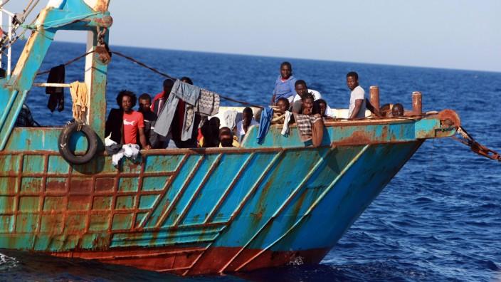 Flüchtlingspolitik: Flüchtlinge auf dem Boot eines Schleppers. Die EU will diese Boote zerstören bevor sie zur gefährlichen Flucht über das Mittelmeer genutzt werden. Doch wie können Schlepper-Boote von Fischerbooten unterschieden werden?