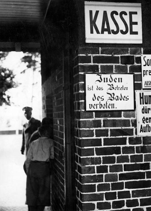 Ein Schild verbietet den Eintritt für Juden in das Freibad Wannsee in Berlin 1934