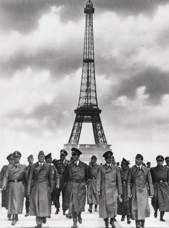 Hitler in Paris, hier vor dem Eiffelturm Zweiter Weltkrieg Paris 1