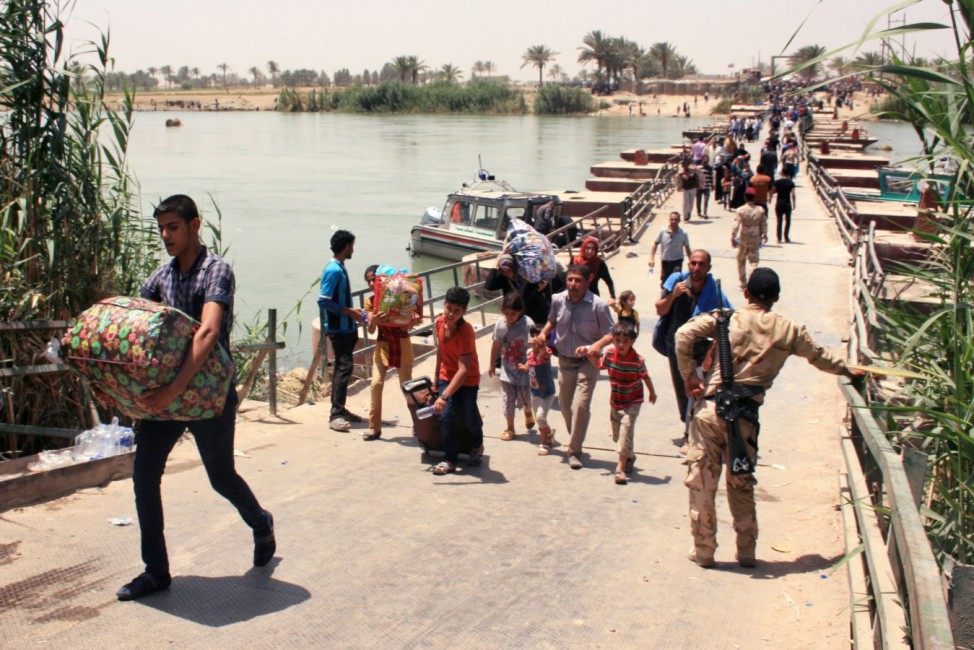 Thousands of Iraqis continue to flee IS gains in Anbar