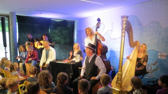 Modernes Märchen: Julie Fellmann (am Tisch), die Musiker von Quadro Nuevo, Ralph Stövesandt (mit Zylinder) sowie Schulleiter Wolfgang Prechter und zwei Viertklässler.