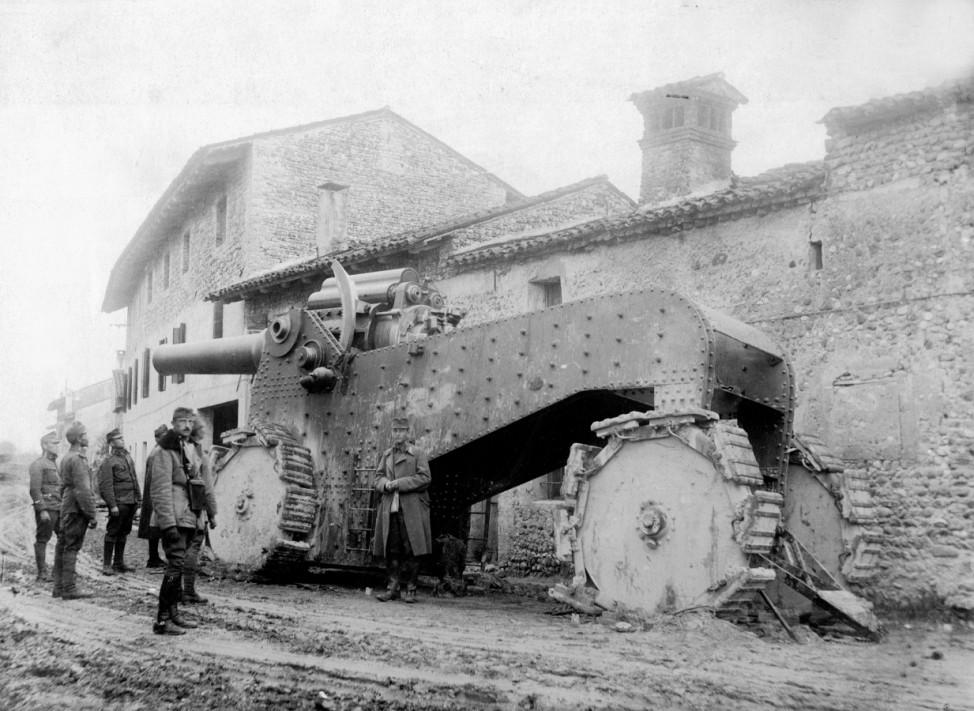 Erbeutetes italienisches Riesengeschütz bei Udine, 1917