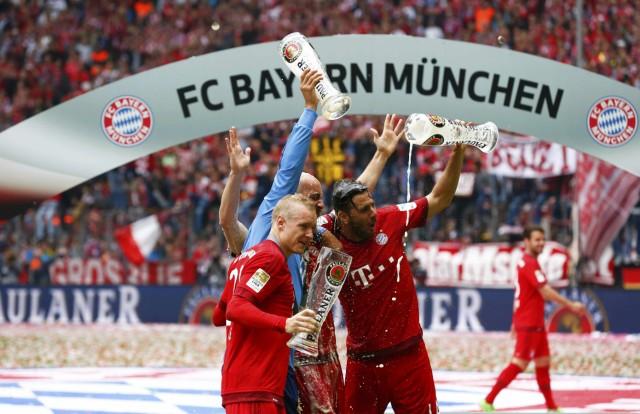 Bayern Munich's Rode, coach Guardiola and Pizarro celebrate after their final German first division Bundesliga soccer match of the season against FSV Mainz 05 in Munich