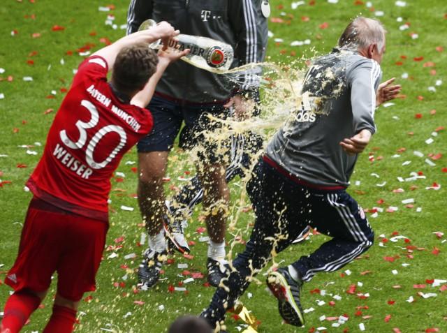 Bayern Munich's Weiser pours beer on coach assistant Gerland after their final German first division Bundesliga soccer match of the season against FSV Mainz 05 in Munich