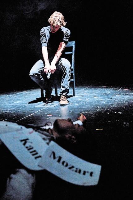 Theater: Gewaltsame Mythen-Exegese: mit Leonard Hohm (vorne) und Franz Pätzold (hinten).