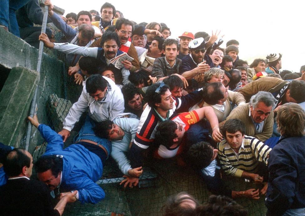 Katastrophe im Heysel Stadion verzweifelte Zuschauer in einer Massenpanik