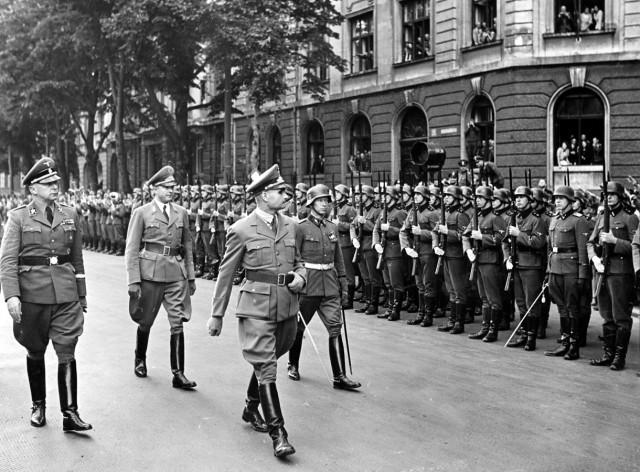 Rudolf Heß beim Abschreiten der Ehrenkompanie der Waffen-SS in München, 1940