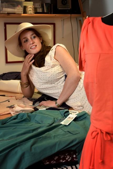 Humanitäre Mode: Die Designerin Teresa Göppel entwirft in ihrem Münchner Atelier Mode, die sie dann in Mumbai von traumatisierten Frauen schneidern lässt.
