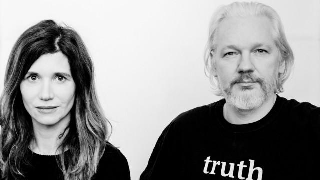 Schauspiel Köln: Die Regisseurin Angela Richter mit Whistleblower Julian Assange.