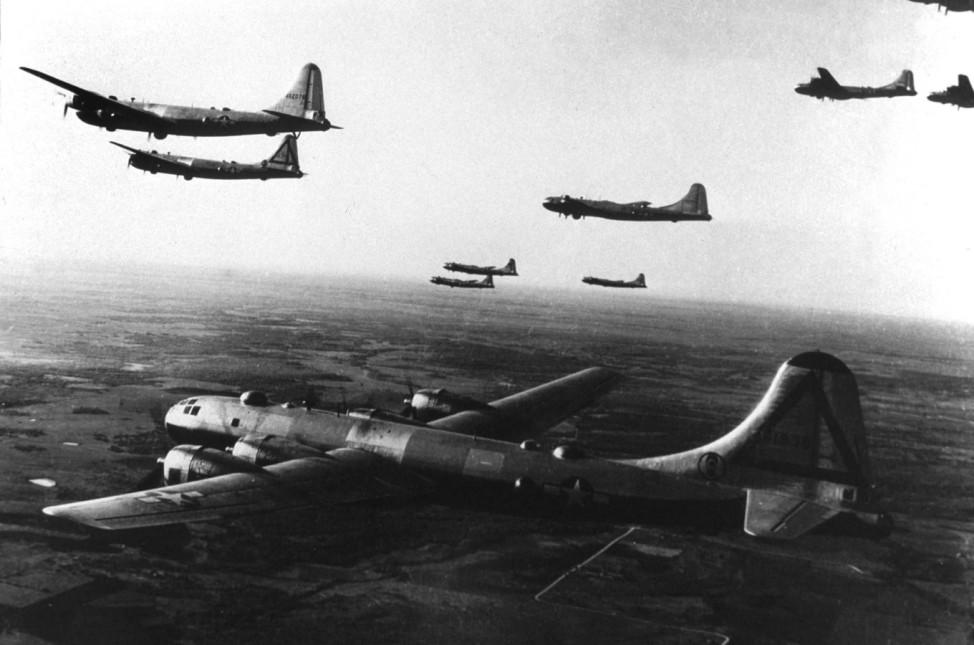 B-29 Bomber bei einem Trainingsflug,Hiroshima nach dem Atombombenabwurf, 1945 !!!Achtung, nur in einer reinen SZ-Photo-Biga in Zusammenhang mit dem 70. Jahrestag der Atombombenabwürfe über Japan zu verwenden!!!
