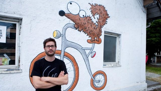 Phillip Kosterhon, ein junger Pasinger, der mit seinem Projekt Velo-Cafe entmietet wurde. Vor dem ehemaligen Cafe