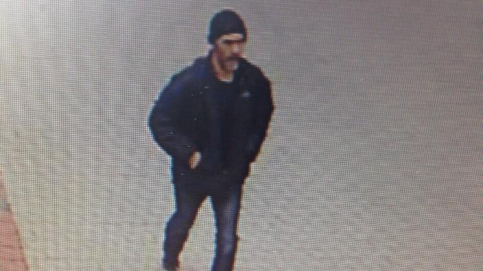 Mit diesem Fahndungsfoto suchte die Polizei nach dem Mann,d er am 10. Juni 2015 die Frau eines Bankiers entführt haben soll.