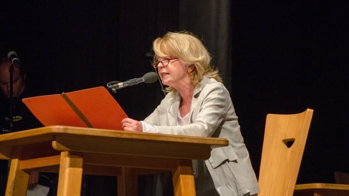 Wolfratshausen: Eine der prominenten Beteiligten: Gisela Schneeberger trat zusammen mit Waldramer Sechstklässlern auf.