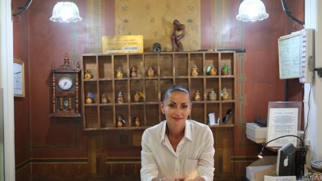 Leben in Griechenland: Jasmine Labrou, Rezeptionistin des Hotels Acropolis House in Athen