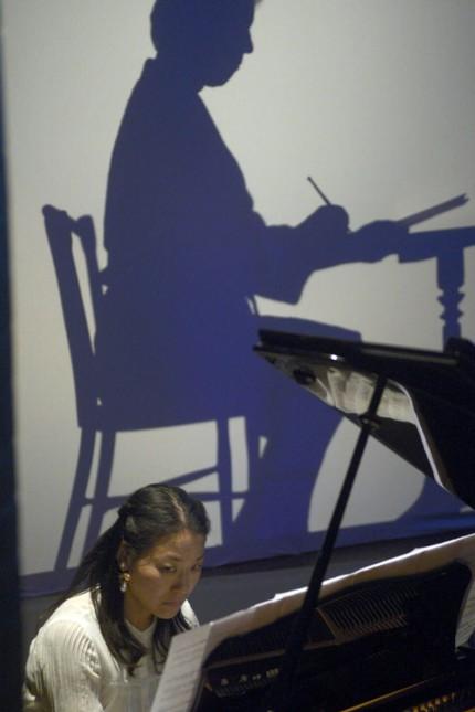 Konzert: Bilder aus der Zeit von Ermanno Wolf-Ferrari wurden an die Wand projiziert.