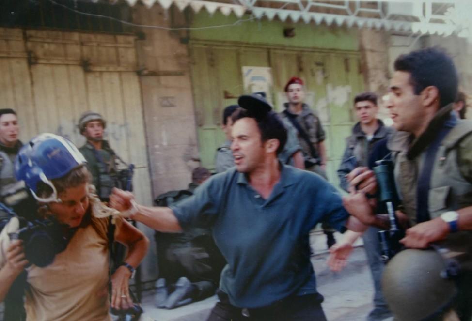 Heidi Levine (links) 1999 in Hebron im Westjordanland.