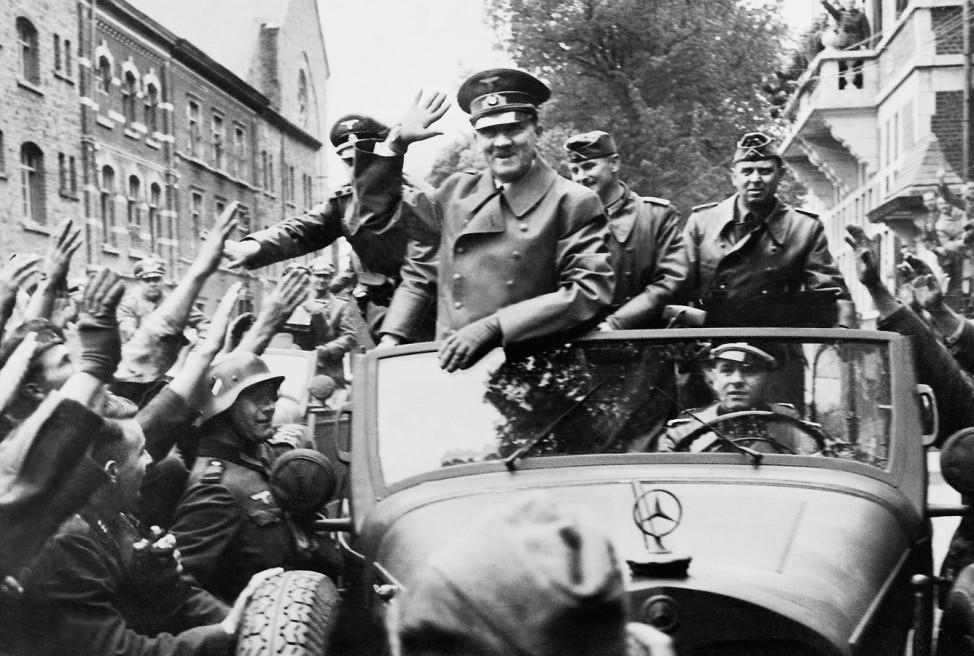 Adolf Hitler und Julius Schaub zurück in Berlin nach ihrem Truppenbesuch in Frankreich , 1940