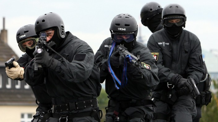 Polizei nimmt zwei Terrorverdächtige in Flugzeug fest
